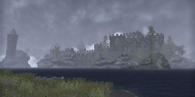 туманный замок через озеро